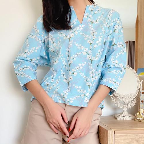 เสื้อคอวีแขน 3/4 ลายดอกสีฟ้า  AJ-18083