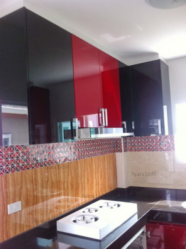 ชุดครัว Built-in ตู้ล่าง โครงซีเมนต์บอร์ด หน้าบาน Hi Gloss สีแดง ดำ ขาว