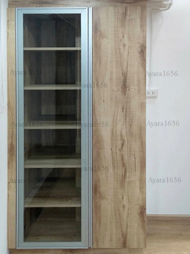ตู้โชว์โครงปาติเกิล หน้าบาน Melamine สี Pine ลายไม้แนวตั้ง