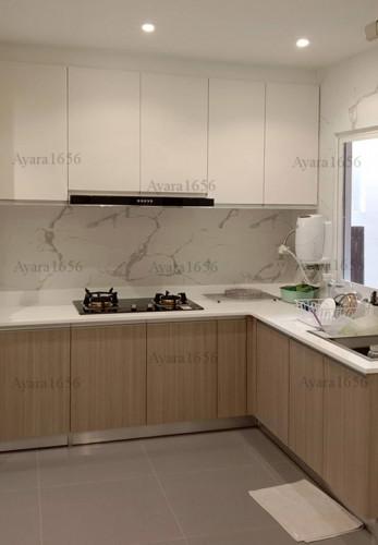 ชุดครัว Built-in โครงซีเมนต์บอร์ด หน้าบาน Melamine สี Laredo Oak + Hi Gloss สีขาวด้าน White Pearl