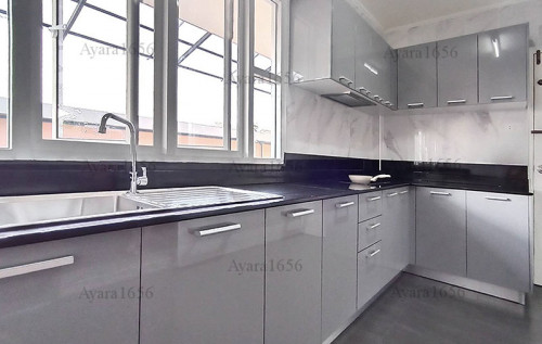 ชุดครัว Built-in โครงซีเมนต์บอร์ด หน้าบาน Hi Gloss สีเทาเงา