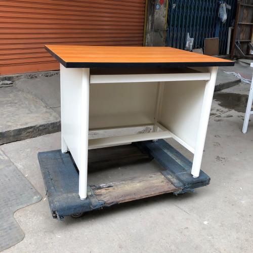 โต๊ะคอมพิวเตอร์เหล็ก หน้าเมลามีน ลายไม้  Grade B 93*92.2*75 ซม.