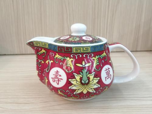 กาน้ำชา สีแดงลายตัวอักษร[259]