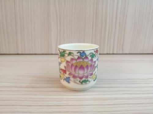 ถ้วยน้ำชาเดี่ยว(สีงาช้าง ลายบัวสี)[29]