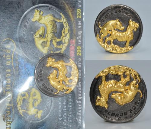 เหรียญหมูปี้เสือ เนื้อสัมฤทธิ์ชุบแบล็คทอง ครูบาคำเป็ง สำนักสงฆ์มะค่างาม 2564 ขนาด 3.0 ซม