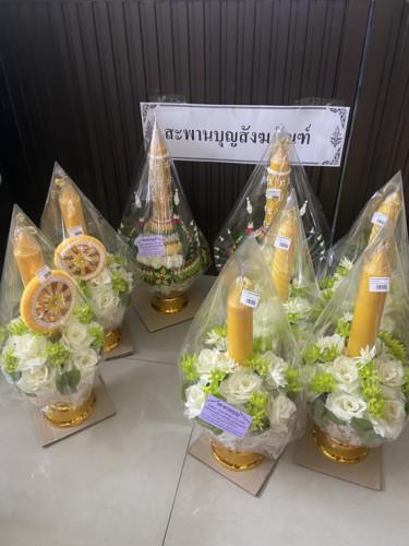พุ่มดอกไม้เทียนพรรษาแต่งพานแบบบายศรี งานหัตถกรรมไทยสวยๆ สั่งล่วงหน้านะคะ