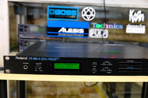 กลองไฟฟ้า Roland R-8M (MADE IN JAPAN) เป็นR-8ในรูปทรงแร็ค1ยู สามารถแยกชิ้นกลองoutputได้8ช่อง ไฟ220V 1