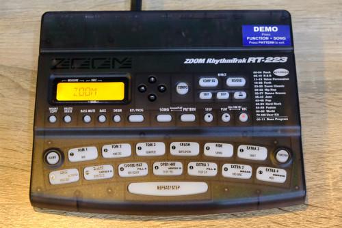 ZOOM RT-223 ซาวด์กลอง24บิต 18วอยส์โพลี่ 213เสียงกลอง 12เบส เซฟจังหวะได้511 ตั้งชุดกลองได้127 แป้นกลอ