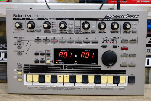 Roland MC-303 Groovebox (MADE IN JAPAN) กรู๊ฟบอกซ์รุ่นคลาสสิค Old Skool สำหรับนักสะสม