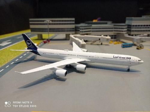 HW534192 1:500 Lufthansa A340-600 Lubeck D-AIHF [Width 13 Length 14.5 Height 3.5 cms.] 1