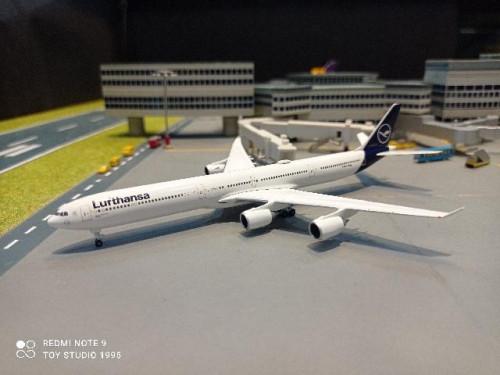 HW534192 1:500 Lufthansa A340-600 Lubeck D-AIHF [Width 13 Length 14.5 Height 3.5 cms.]