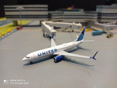HW533744 1:500 United 737-800 nc 2019 N37267 [Width 7 Length 7.5 Height 2.5 cms.]
