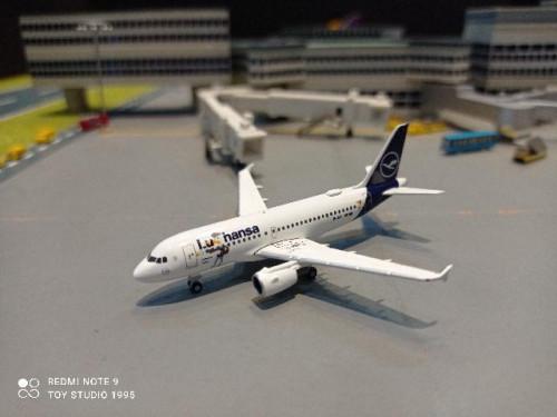HW534451 1:500 Lufthansa A319 Lu Verden D-AILU [Width 7 Length 6.5 Height 2.5 cms.]