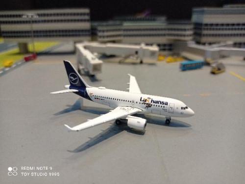 HW534451 1:500 Lufthansa A319 Lu Verden D-AILU [Width 7 Length 6.5 Height 2.5 cms.] 1