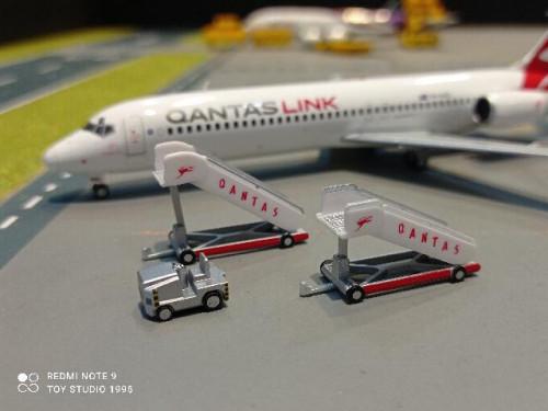 HW571005 1:500 Retro Qantas passenger stairs (2pcs) + tractor (1pc) [ Width 2 Length 5 Height 3 cms. 1