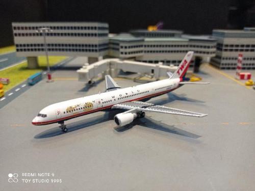 GJ1982 1:400 TWA 757-200 N725TW [Width 18 Length 17 Height 5 cms.]