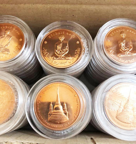 เหรียญทรงผนวช รัชกาลที่ 9 ปี 2550 วัดบวรนิเวศ  100 เหรียญ...เนื้อทองแดง 3 ซ.ม. พ.ศ.2550 ยกกล่อง หายา