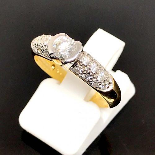 แหวนทองคำฝังเพชรแท้เม็ดหลักขนาด 0.30 กะรัต เม็ดลองขนาด 0.40 กะรัต ตัวเรือนทอง 90 น้ำหนักทองรวม 3 กร